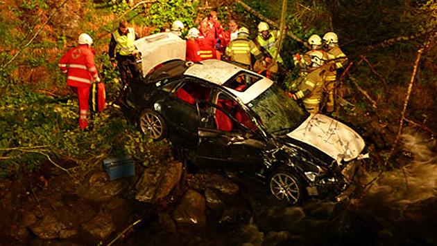 Auto stürzt in Bach - fünf Teenager teils schwer verletzt (Bild: FF Tamsweg)