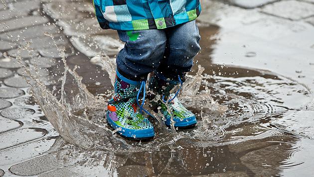 Am Wochenende regnerisch, danach merklich kühler (Bild: dpa/Daniel Karmann)