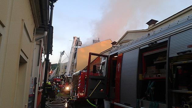 """Dachstuhl brannte lichterloh - 22 Bewohner evakuiert (Bild: """"Krone""""-Leserreporter Attila Diénes)"""