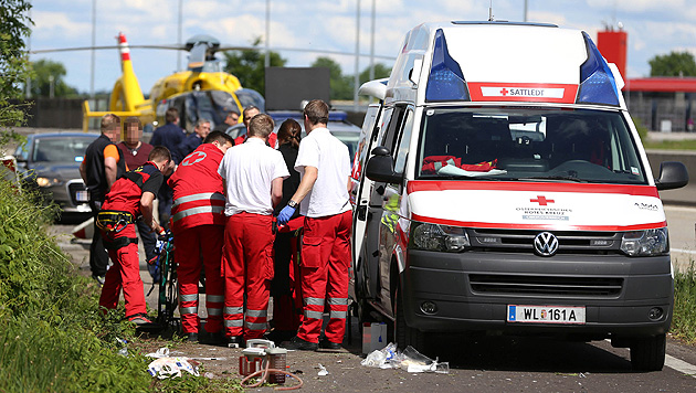 Pensionist bei Unfall aus dem Wagen geschleudert - tot (Bild: APA/MATTHIAS LAUBER)