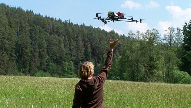 Jäger retten mit Drohne Rehkitze vor dem Mähtod (Bild: BJV)