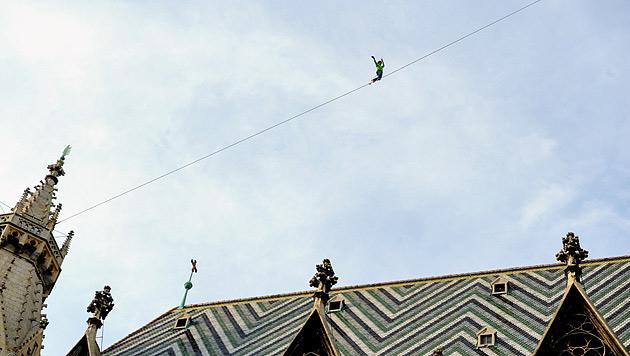 Slackliner balanciert erfolgreich über den Stephansdom (Bild: APA/HERBERT PFARRHOFER)
