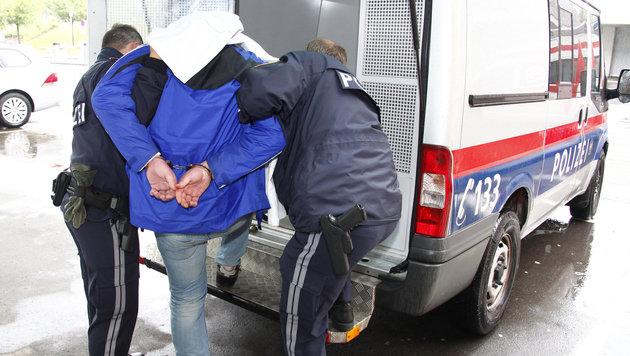 Bank und Trafik in Linz überfallen - ein Täter gefasst (Bild: APA/CHRISTIAN KLOIBHOFER/KLOIBHOFER.)