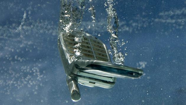 """""""Wasserschaden"""" bringt Kunden oft um Handy-Garantie (Bild: thinkstockphotos.de)"""