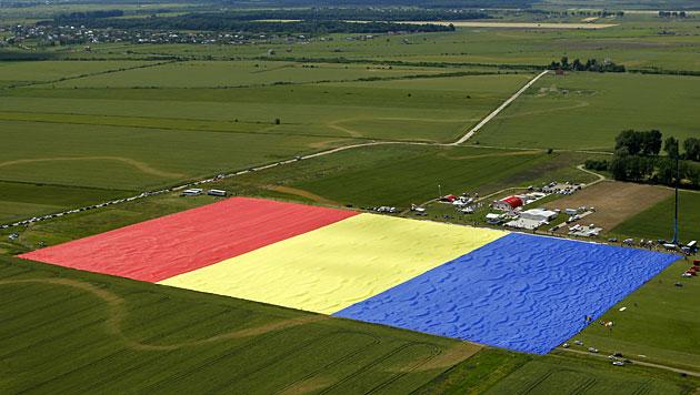Rumänisches Dorf schneidert größte Flagge der Welt (Bild: AP)