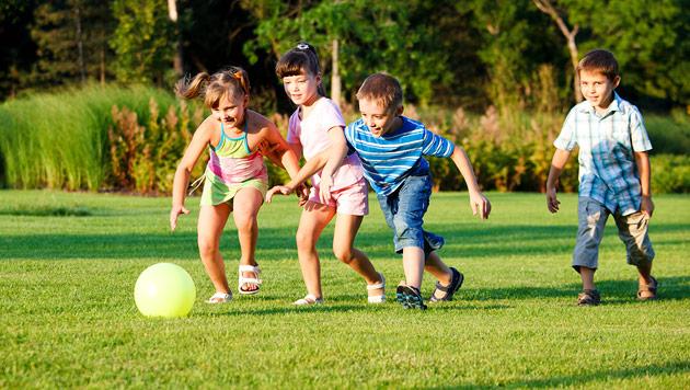 Eine gelungene Gartenparty mit Kindern feiern (Bild: thinkstockphotos.de)