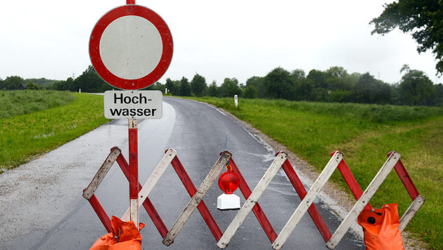 Hochwasser: Generalalarm in NÖ, Muren in Vbg (Bild: APA/Helmut Fohringer)