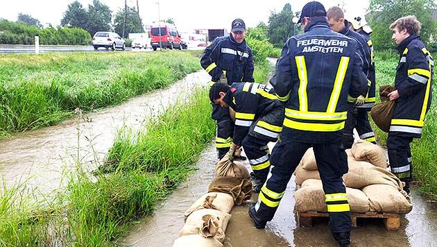 Hochwasser: Generalalarm in N�, Muren in Vbg (Bild: APA/Bezirksfeuerwehrkommando Amstetten)