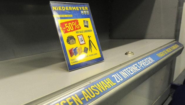 Kunden stürmen Niedermeyer-Filialen (Bild: APA/HERBERT PFARRHOFER)