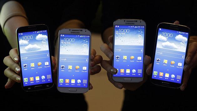 Mehr Smartphones als normale Handys verkauft (Bild: AP)