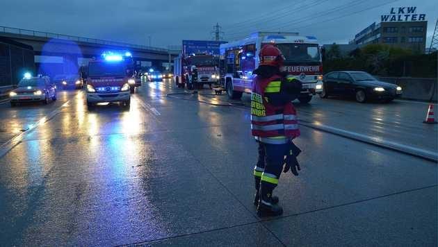 Pkw-Lenker in seinem Auto auf der A2 verbrannt (Bild: Lukas Derkits/Pressestelle BFK-Mödling)