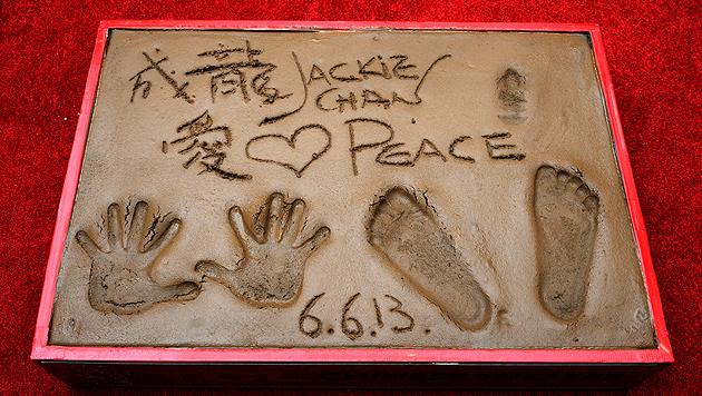 Jackie Chan mit Hand, Fuß und Nase in Zement verewigt (Bild: EPA)