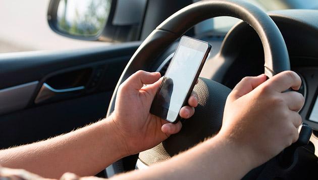 Spracheingabe von SMS während Autofahrt gefährlich (Bild: thinkstockphotos.de)