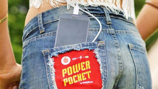 Hightech-Hose lädt Smartphones beim Tanzen auf (Bild: Vodafone)