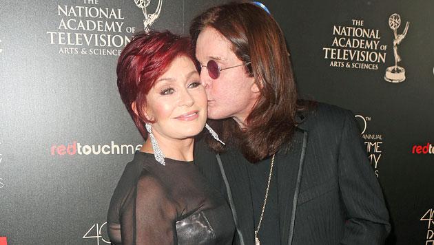 Sharon und Ozzy Osbourne knutschen wieder (Bild: AP)