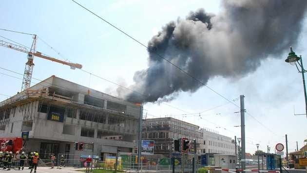 NÖ: Dachstuhl auf Baustelle brannte - Schule evakuiert (Bild: Herbert Wimmer/Pressestelle BFK Mödling)
