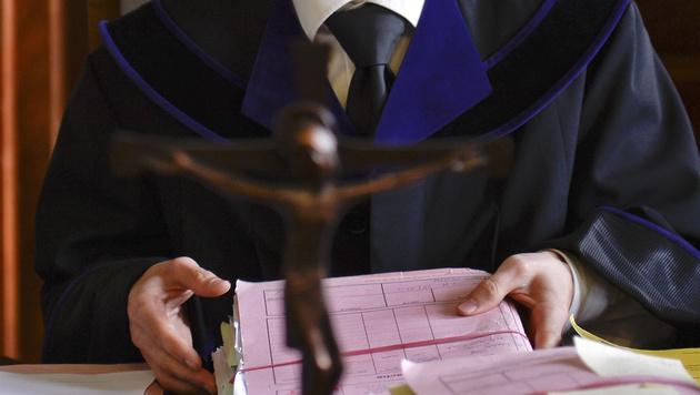 Sbg: Falsche Polizisten wegen Betruges vor Gericht (Bild: APA/HERBERT NEUBAUER)