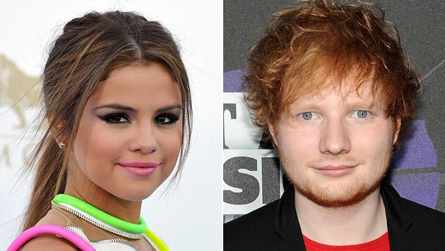 Selena Gomez bandelt mit Sänger Ed Sheeran an (Bild: AP)
