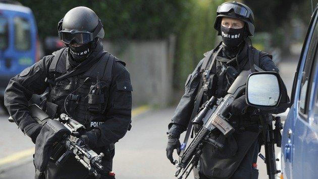 Schweizer Polizei nimmt 15 Verdächtige fest (Bild: EPA/Keystone/Lukas Lehmann (Symbolbild))