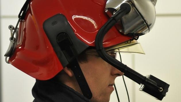 Feuerwehrhelm mit Datenbrille für sichere Einsätze (Bild: Patrycja Bosowski, Universität Aachen)