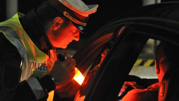 Waffenhändler auf der A2 von Polizei gestoppt (Bild: APA/Herbert Neubauer)