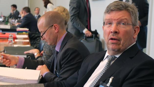 """Mercedes-Boss Brawn: FIA-Urteil """"ziemlich heftig"""" (Bild: EPA)"""