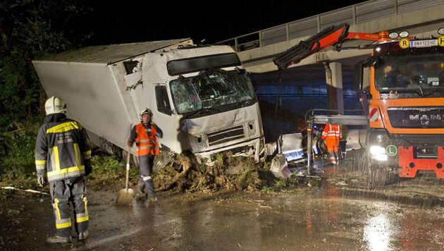 NÖ: Lkw stürzt über Böschung und prallt gegen Betonwand (Bild: Stefan Schneider BFK Baden)