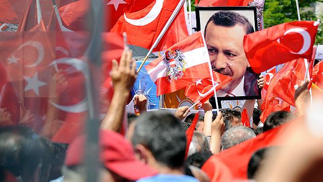 Veranstalter der Pro-Erdogan-Demo: Wurden privat aktiv (Bild: APA/Hans Punz)