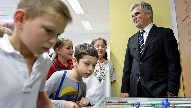 Faymann und Schmied drücken kurz die Schulbank (Bild: APA/HERBERT NEUBAUER)