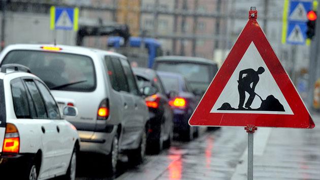 Staus gewollt, um Wienern Auto auszutreiben? (Bild: APA/HERBERT PFARRHOFER (Symbolbild))