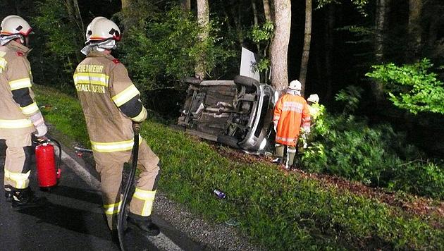 Autofahrer (19) bei Kollision mit Reh schwer verletzt (Bild: FF Lamprechtshausen)