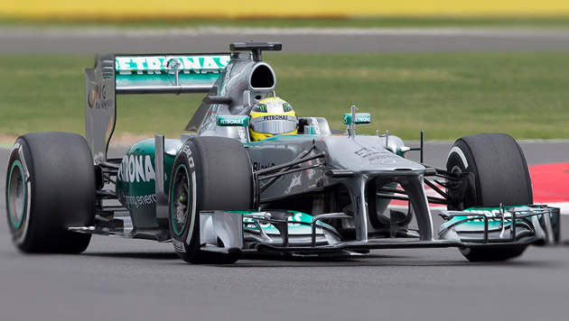 Rosberg gewinnt bei Chaos-GP der vielen Reifenschäden (Bild: AP, krone.at-Grafik)