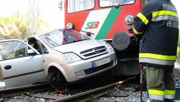 Zug-Puffer bohrt sich bei Kollision in Auto von Seniorin (Bild: APA/FEUERWEHR/M�LLER)