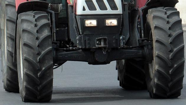 Landwirt bei Unfall unter Traktor begraben - tot (Bild: APA/Georg Hochmuth (Symbolbild))