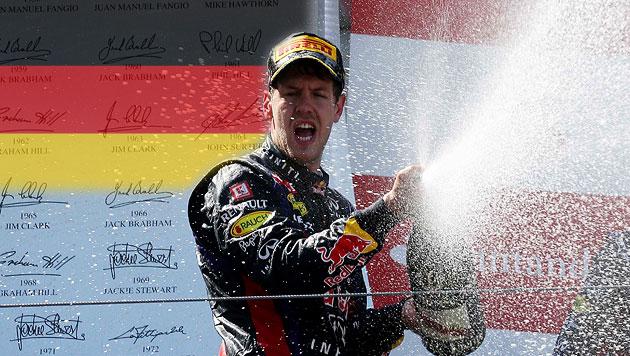 Vettel gewinnt auf dem Nürburgring vor Räikkönen (Bild: AP, krone.at-Grafik)
