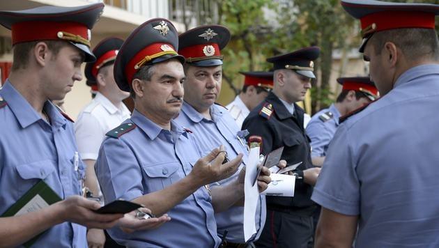 Neue Hollywood-Sonnenbrillen für Russlands Polizisten (Bild: AP (Symbolbild))