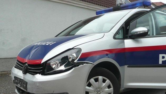 Lenker (45) prallt bei Flucht mit Auto gegen Polizeiwagen (Bild: LPD NÖ)