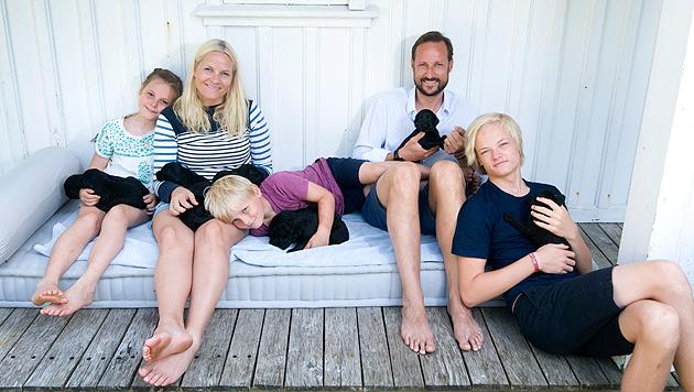 Prinzessin Ingrid von Norwegen freut sich über Welpen (Bild: Veronica Melå/Utenfor Allfarvei AS/The Royal Court.)