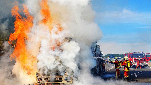 Lkw samt Anhänger wird auf Autobahn Raub der Flammen (Bild: Bernhard Singer/Pressestelle BFK Mödling)