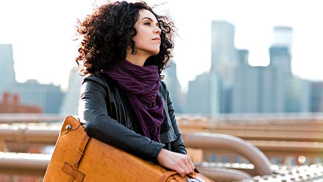 Como startet ihre Karriere mit Koffer voller Lieder (Bild: Sony Music/Michael Mey)