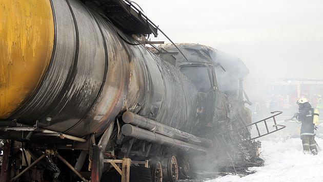 A1: Tankanhänger geht in Flammen auf - ein Toter (Bild: APA/FMT-PICTURES/KLAUS ERHARTER)