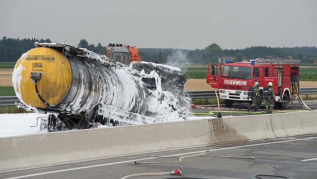 A1: Tankanhänger geht in Flammen auf - ein Toter (Bild: APA/FOTO-KERSCHI.AT/WERNER KERSCHBAUMMAYR)