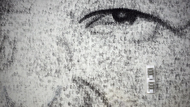 Künstler boxt in China Mandela-Porträt an die Wand (Bild: AFP)