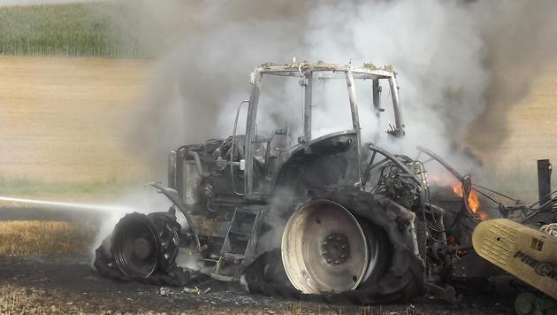 Traktor und Heuballenpresse gingen in Flammen auf (Bild: Polizei Andorf)