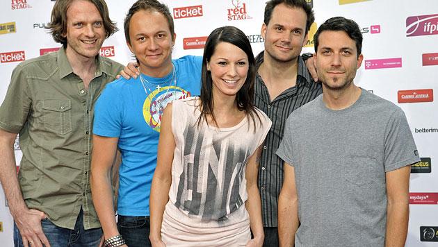 Christina Stürmer mit ihrer Band - und ihrem Freund Oliver Varga (ganz rechts) (Bild: APA/Hans Punz)
