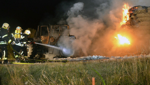 NÖ: Traktor mit Strohanhänger stand in Flammen (Bild: APA/BFK HOLLABRUNN)