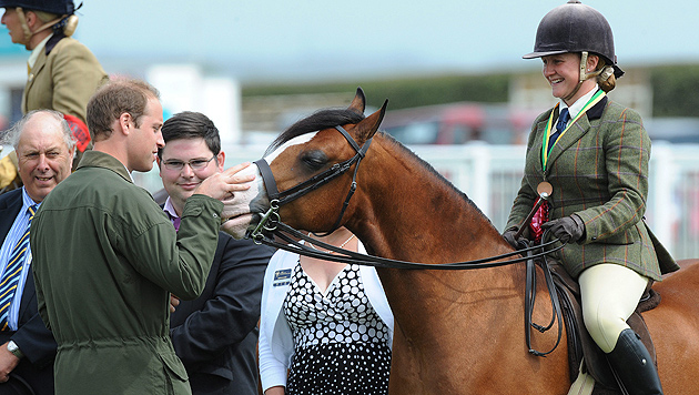 Papa Prinz William zurück in der Öffentlichkeit (Bild: EPA)