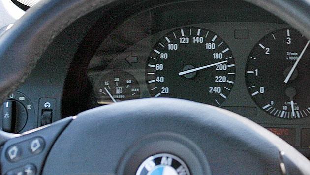Raser brettert mit 212 km/h an Zivilstreife vorbei (Bild: Klemens Groh (Symbolbild))
