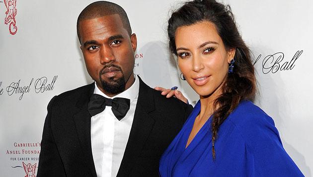 Kim und Kanye präsentieren North am Freitag im TV (Bild: AP)