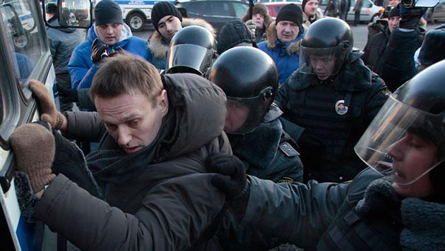 Alexej Nawalny bei seiner Festnahme (Bild: AP)